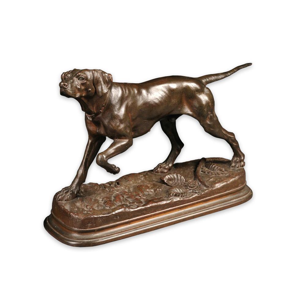 Бронзовая скульптура собаки на постаменте