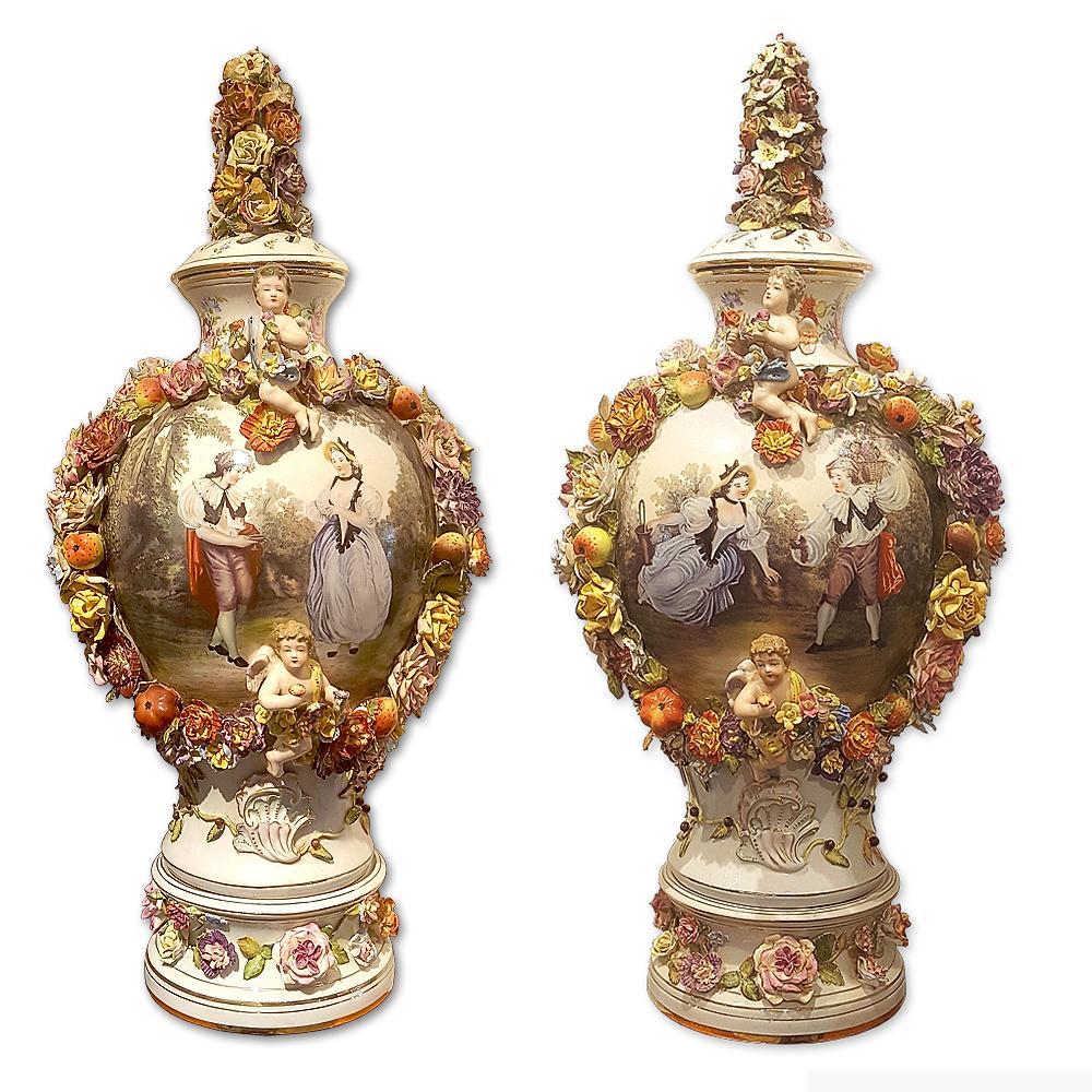 Пара фарфоровых ваз с крышками и лепными цветами